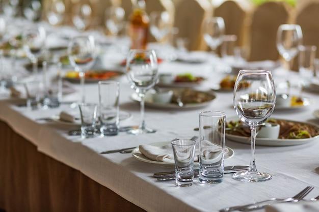 Szklanki na stole serwowane na obiad w przytulnej restauracji