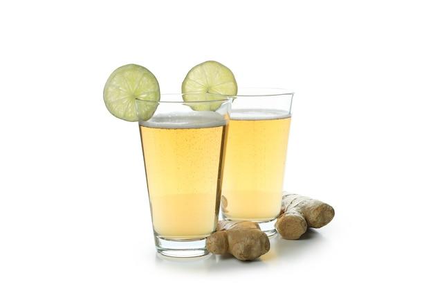 Szklanki piwa imbirowego na białym tle
