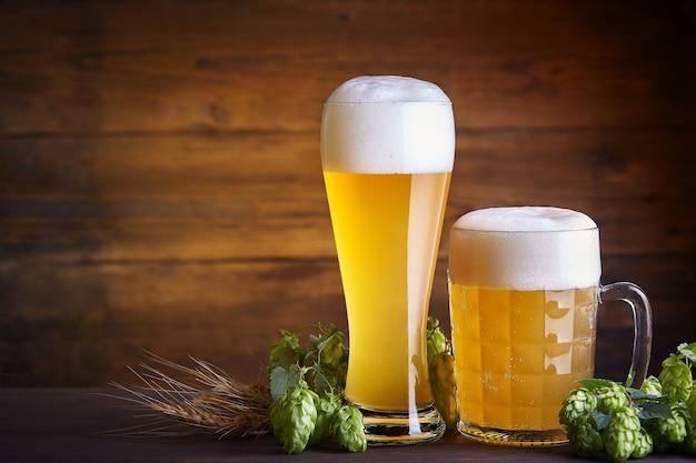 Szklanki piwa na drewnianym stole. oktoberfest