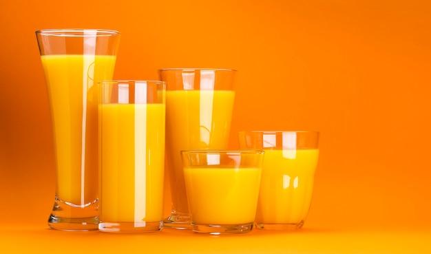 Szklanki soku pomarańczowego na pomarańcze