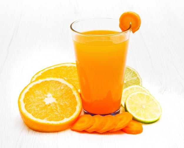 Szklanki soku z asa z marchewką, pomarańczą i cytryną