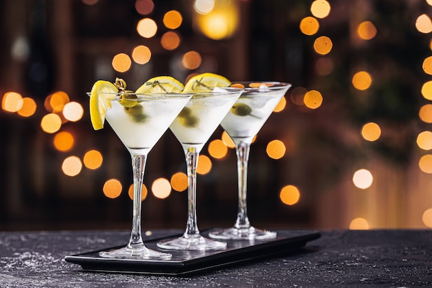 Szklanki świeżego martini na stole