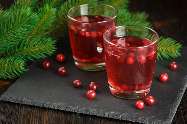 Szklanki świeżego napoju żurawinowego
