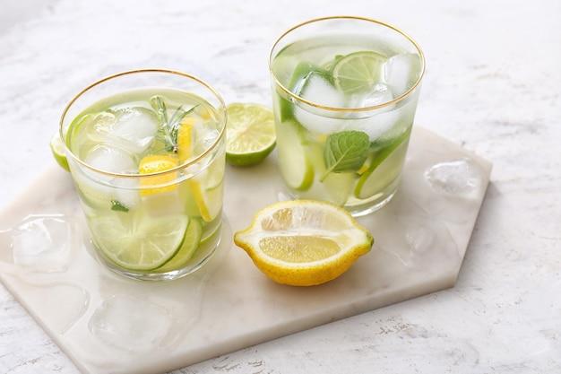Szklanki świeżej lemoniady z limonki na stole