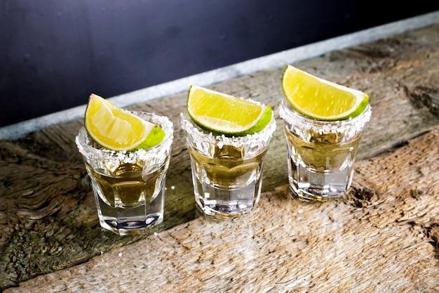 Szklanki tequili w barze