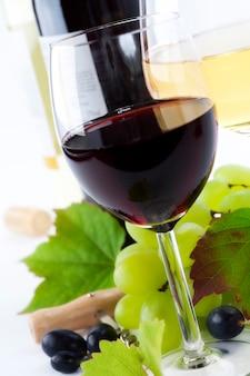 Szklanki wina i winogron