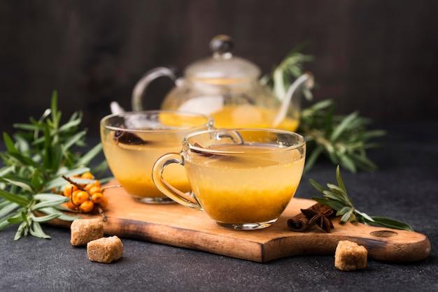 Szklanki z aromatyzowanym sokiem owocowym na biurku