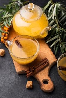 Szklanki z aromatyzowanym sokiem owocowym na stole