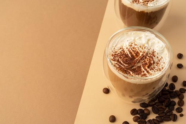 Szklanki z bitą śmietaną i kawą
