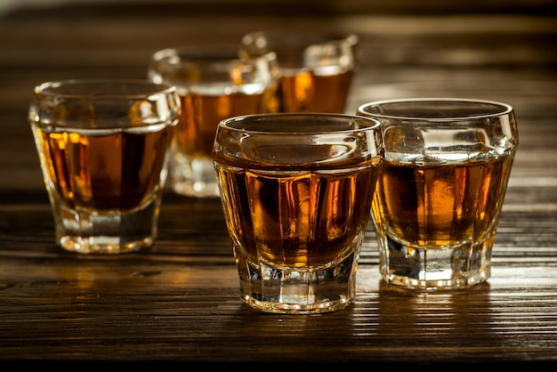 Szklanki z brandy na stole, mocne napoje alkoholowe
