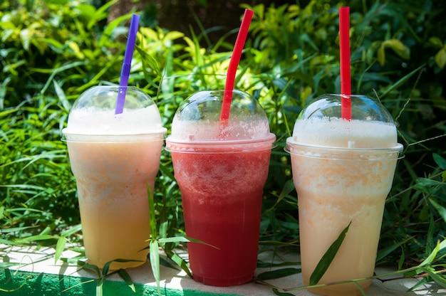 Szklanki z koktajlami z ananasa, mango i arbuza. napoje bezalkoholowe, odżywianie