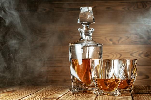 Szklanki z koniakiem, stojak na whisky na pasku