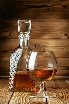 Szklanki z koniakiem, whisky stoją na barze