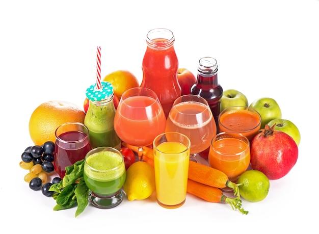 Szklanki z różnymi świeżymi sokami warzywnymi na białej powierzchni