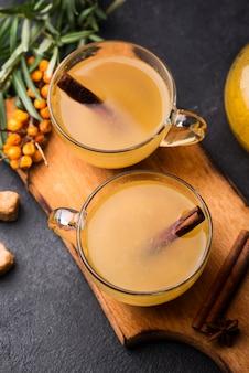 Szklanki z widokiem z góry ze smakowym sokiem owocowym