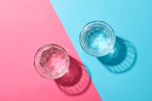 Szklanki z wodą na dwa odcienie, widok z góry