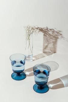 Szklanki z wodą na stole
