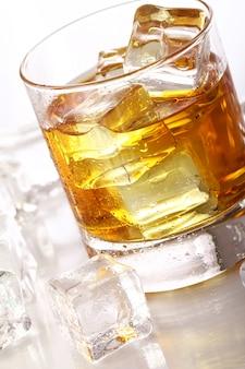 Szklanki z zimną whisky