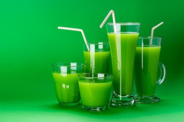 Szklanki zielonego soku, świeże jabłko i koktajl z selera