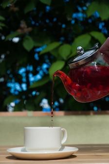 Szklany czajniczek herbaty malinowej w restauracji