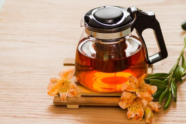 Szklany czajniczek z kwiatami