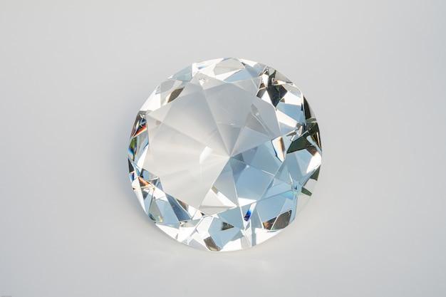 Szklany diament na białym tle