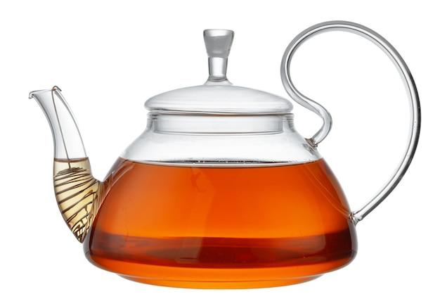 Szklany imbryk z czarnej herbaty na białym tle