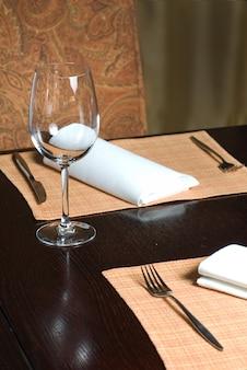 Szklany kielich na stole