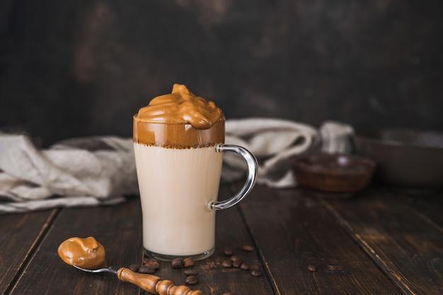 Szklany kubek bitej kawy rozpuszczalnej dalgona