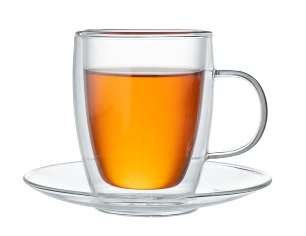 Szklany kubek czarnej herbaty na białym tle