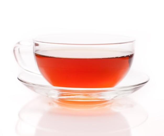 Szklany kubek czarnej herbaty. pojedynczo na białym tle