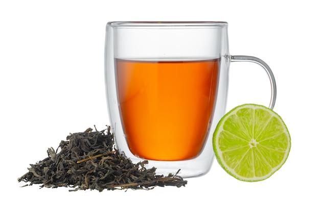 Szklany kubek czarnej herbaty z bergamotką na białym tle