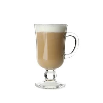 Szklany kubek latte na białym tle