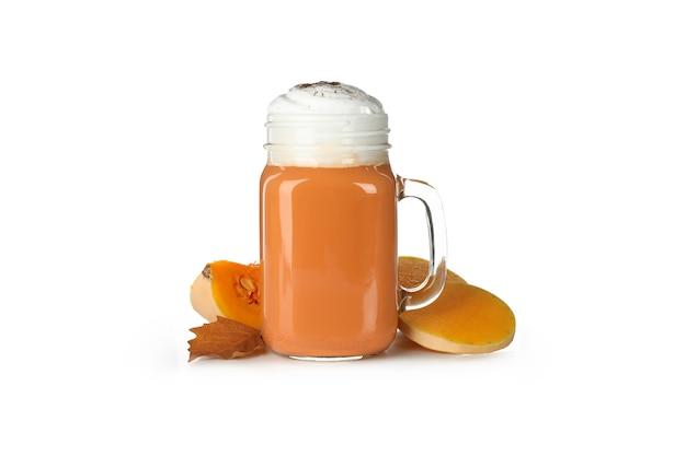 Szklany kubek latte z dyni na białym tle