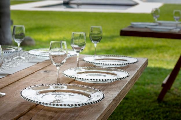 Szklany kubek na stole z kompozycją kwiatową w ogrodzie na imprezę towarzyską w meksyku