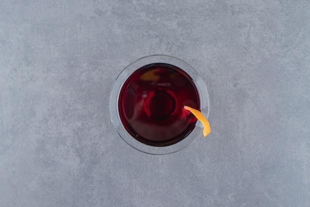 Szklany kubek świeżej lemoniady z plasterkami cytryny. zdjęcie wysokiej jakości