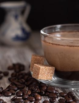 Szklany kubek z kawą z mlekiem, kawą latte.