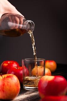 Szklany kubek z sokiem jabłkowym