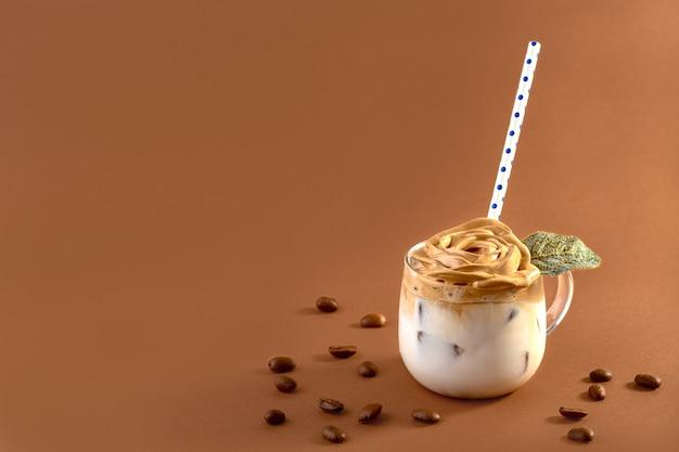 Szklany kubek z trendem piankowej kawy dalgona