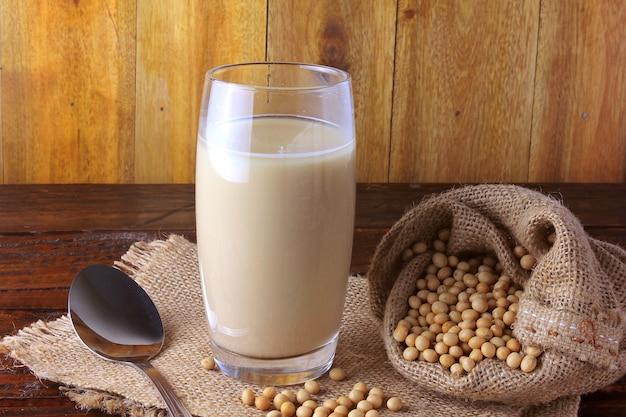 Szklany kubek ze świeżym mlekiem sojowym