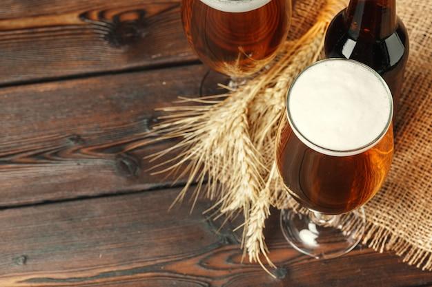 Szklany piwo na drewnianym stole