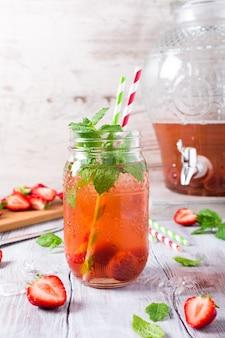 Szklany słoik z domowym kompotem truskawkowym