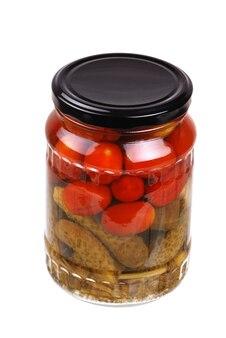 Szklany słoik z marynowanymi warzywami