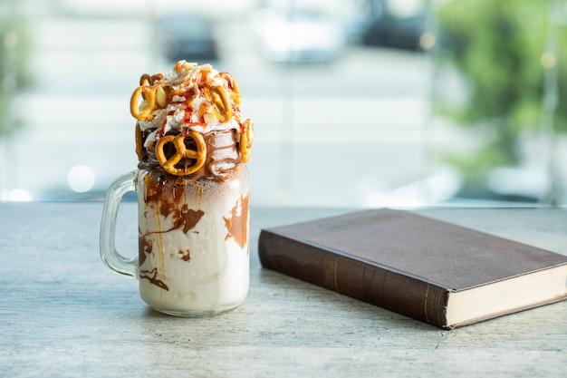 Szklany słoik z mlecznym koktajlem czekoladowym