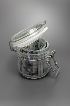 Szklany słoik za pieniądze na powierzchni