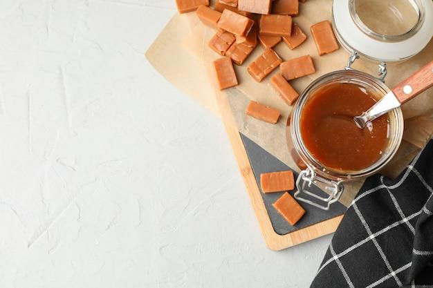 Szklany słój z solonym karmelu i cukierków kopii przestrzenią