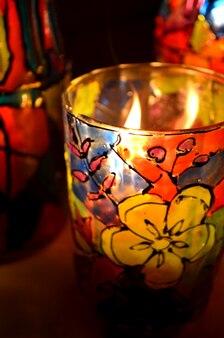 Szklany świecznik malowany farbami witrażowymi