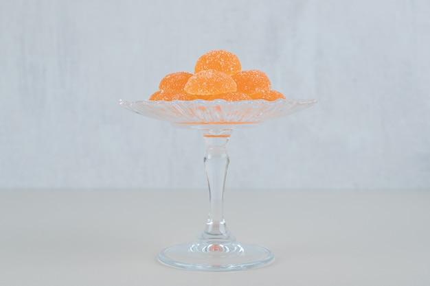 Szklany talerz z pomarańczową marmoladą z cukru.