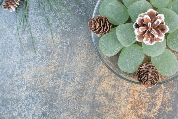 Szklany talerz zielonej marmolady i szyszek. wysokiej jakości zdjęcie