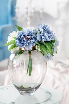 Szklany wazon z bukietem. koncepcja wnętrza.